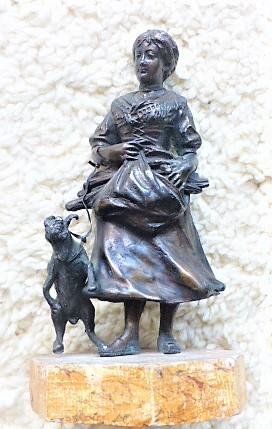 Mädchen mit Ziege Statue